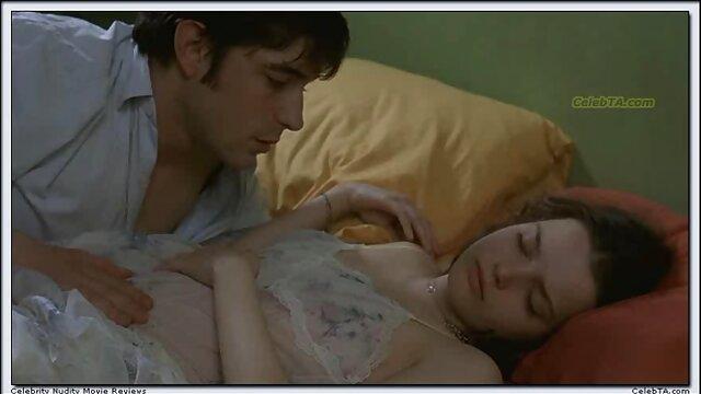 オレンジ色のドレスを脱ぎ、ナイロンストッキングでベッドの上で自慰行為をする女の子。 女性 無料 エッチ な 動画